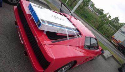 Ferrari Testarossa: nel vano motore ci sta una TV da 48 pollici!