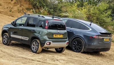 La sfida tra una Fiat Panda Cross e una Tesla Model X
