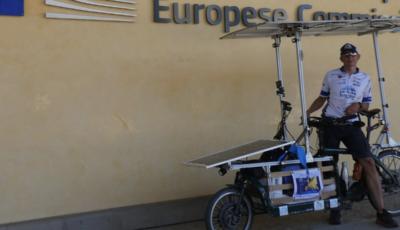 In giro per l'Europa con una bici elettrica alimentata da pannelli solari