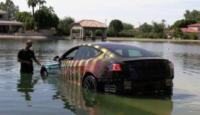 Tesla Model S batte Porsche Taycan al Nürburgring… e diventa un sottomarino!